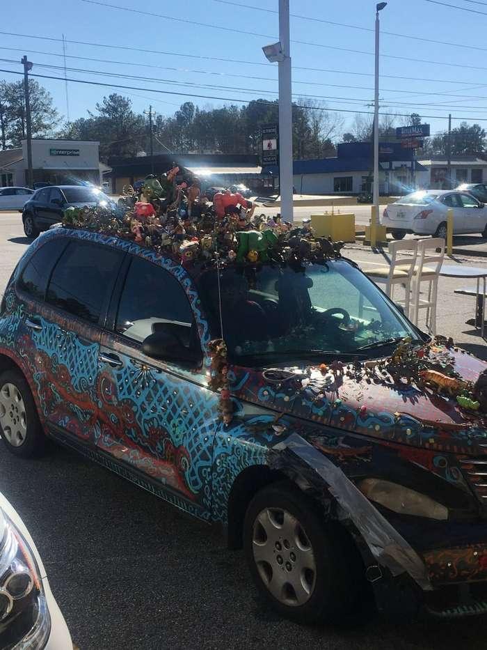 Автомобилист украсил свой Крайслер игрушками, ложками и монетами-4 фото-