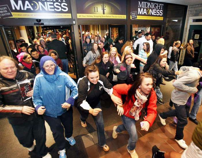 -Черная пятница- действительно стала -черной-. К чему приводит бешеная толкучка в магазинах в связи с сумасшедшими скидками?