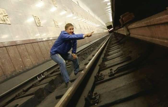 Техника выживания при падении на рельсы метро