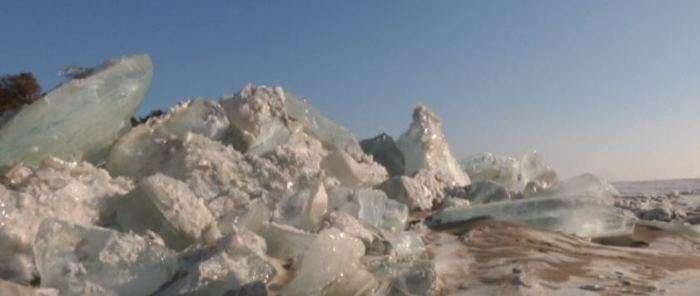-Я дозорный на Стене-: На границе Китая и России появилась многокилометровая ледяная стена, которую практически невозможно перейти
