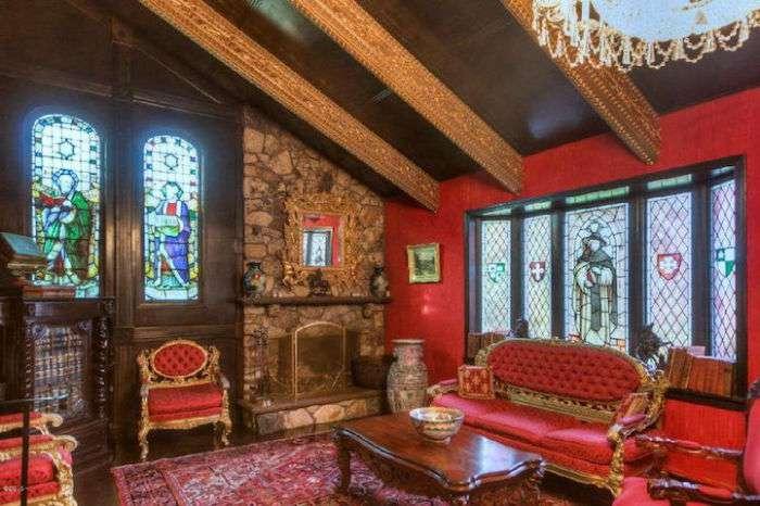 Женщина не переделывала скучный фасад дома, чтобы скрыть ошеломительный интерьер, который она создавала 40 лет