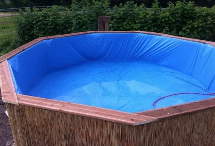 Парень построил бассейн на дачу из обычных деревянных поддонов по эскизу из интернета