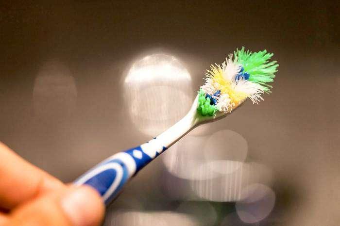 Как вернуть зубной щётке форму: бессовестно простой лайфхак