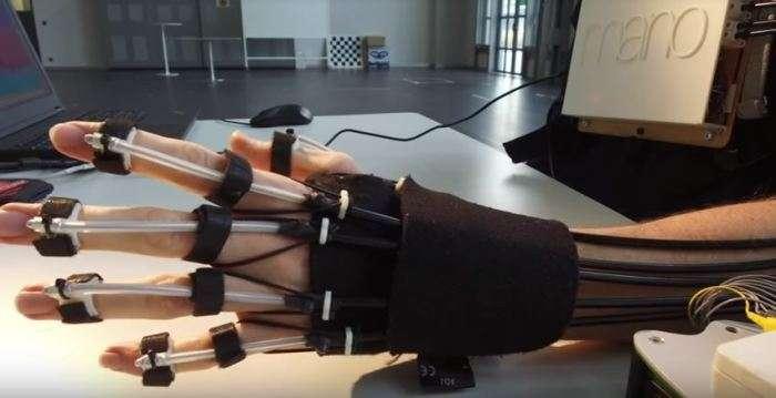 Швейцарцы создали механическую руку-экзоскелет, которой можно управлять при помощи силы мысли