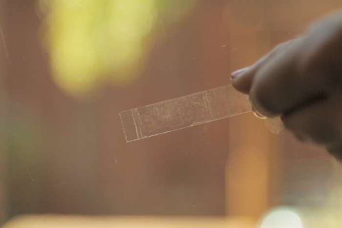Как удалить липкое пятно от скотча фото