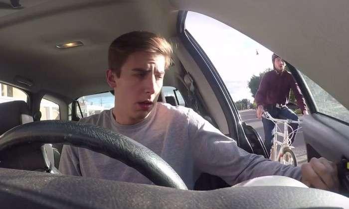 Почему нужно открывать дверь автомобиля правой рукой и причём тут Голландия