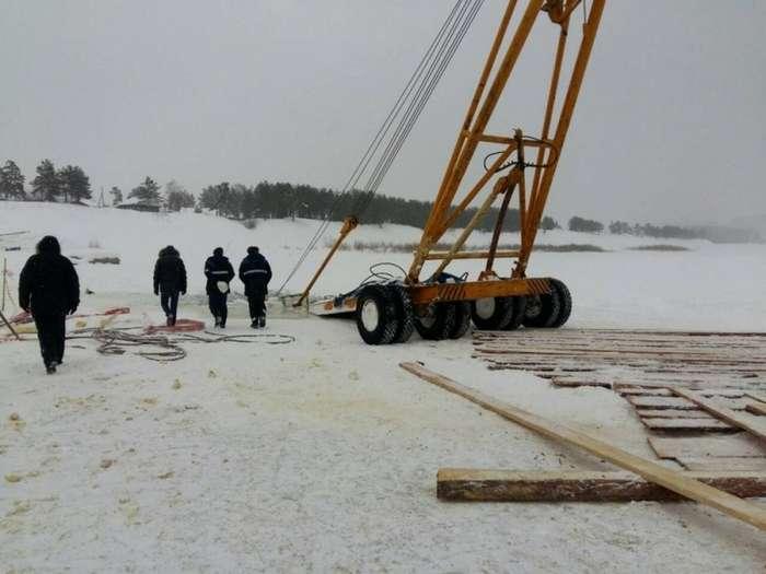 В Иркутской области спасая бензовоз утопили автокран и трактор