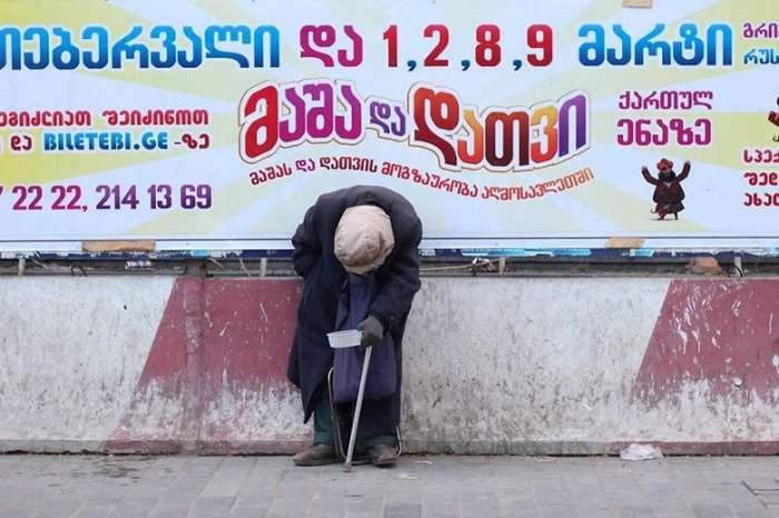Старик просит милостыню и никто не обращает на него внимания...