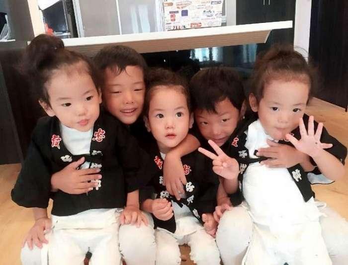 Мама из Японии решила поделиться фотографиями из своей жизни с двойняшками и тройняшками-30 фото-