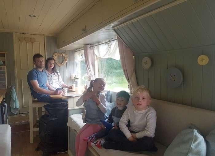 Как из полуразвалившегося автобуса сделать крутой дом на колесах-10 фото-