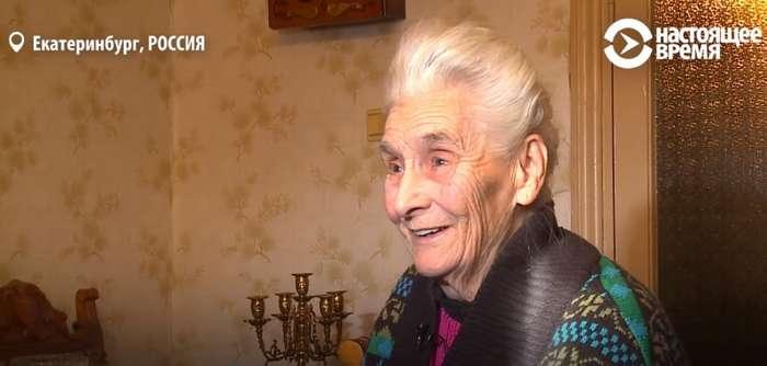 В Екатеринбурге 88-летняя бабушка ежедневно на морозе продает свои сказки за копейки