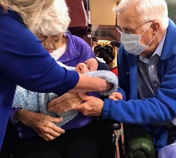 Трогательное видео: пациенты с Альцгеймером получили в подарок кукол-компаньонов-18 фото + 1 видео-