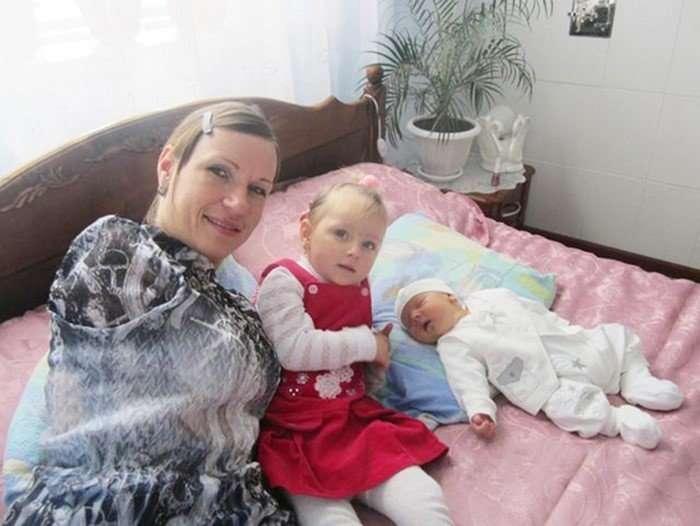 35-летняя женщина, одна и без рук воспитывает двух детей-9 фото + 1 видео-