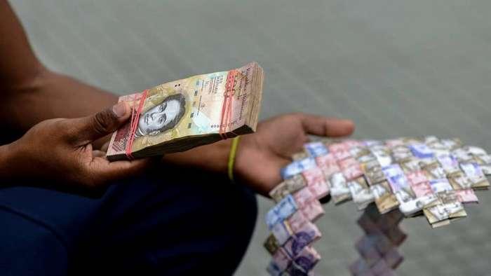 Венесуэльцы изготовляют сувениры из собственных денег-7 фото-