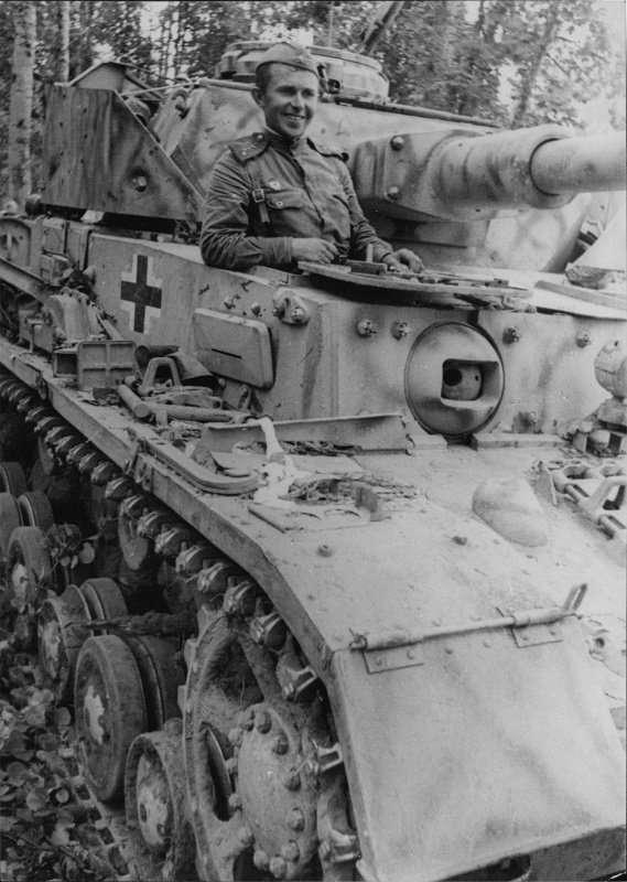 Вдруг наш танк как-то вздрогнул-3 фото-
