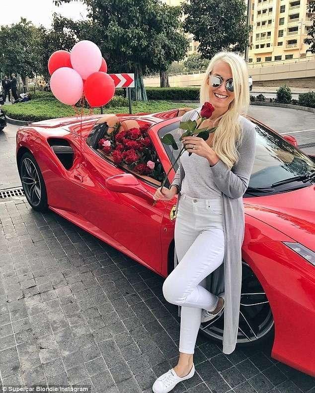 Фанатка суперкаров получила на День святого Валентина Ferrari, заполненный розами-10 фото + 1 видео-