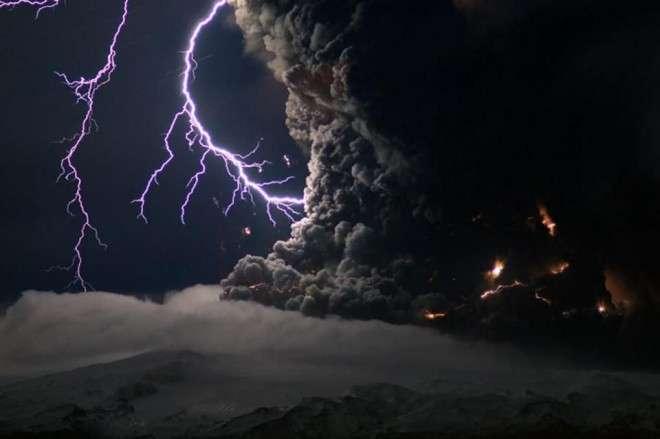 Как вулканы создают молнии и почему