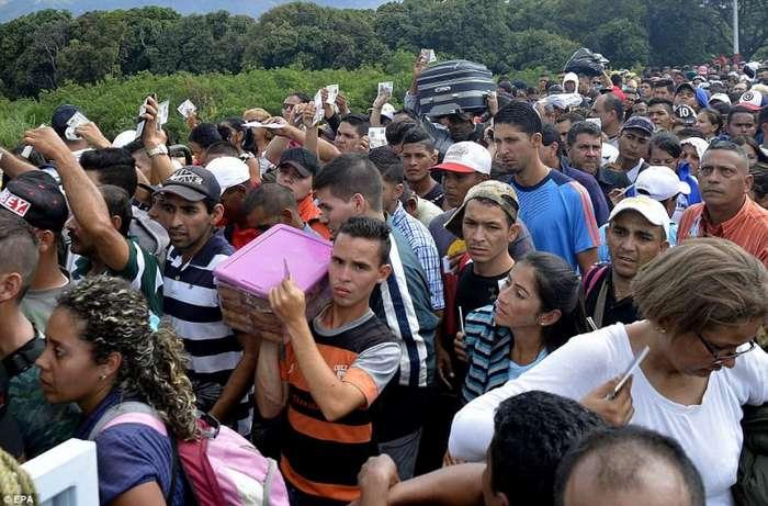 Из Венесуэлы массово бегут люди