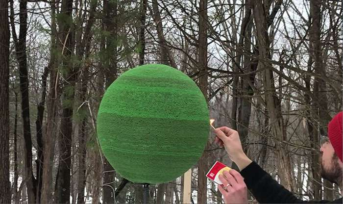 Парень год клеил сферу из 42 тысяч спичек, а потом сжег ее