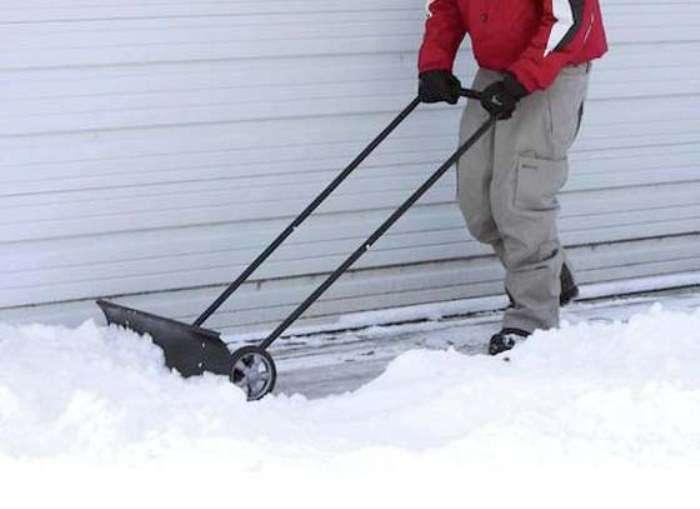 7 инструментов для уборки снега, которые помогут выбраться из-под самого плотного сугроба