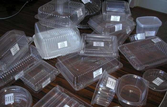 Почему не нужно выкидывать пластиковые лотки в мусор, если в доме есть дети