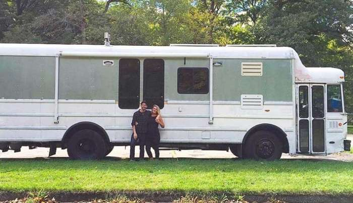 Молодая пара переделала старый школьный автобус в дом на колесах и отправилась в путешествие