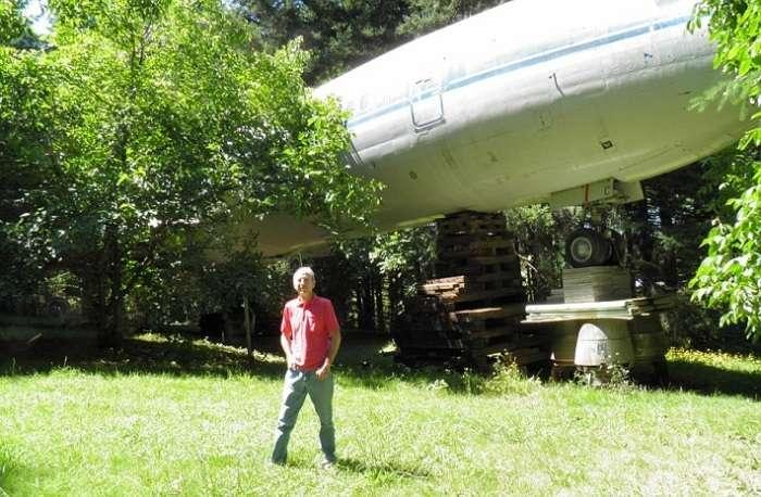 Мужчина сделал комфортабельный дом из списанного самолета Boeing 727