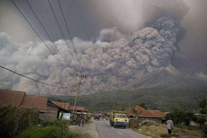 Вулкан Синабунг &8212; опасное извержение, но такое красивое