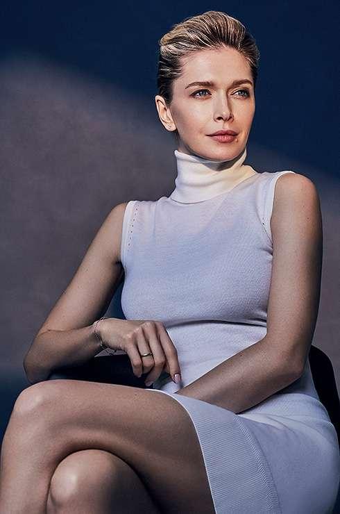 Вера Брежнева не перестает удивлять: в новом номере Cosmopolitan Beauty она примерила образы первых красавиц мира
