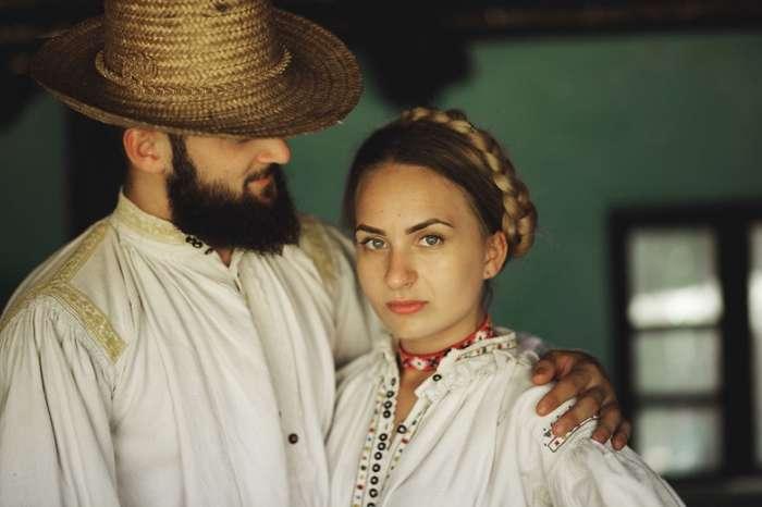 Воссоздание традиционной румынской любовной истории и свадьбы
