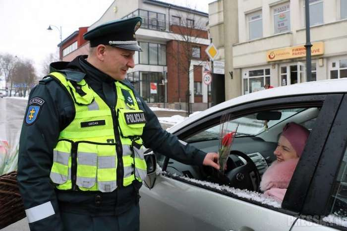 Как литовские полицейские поздравили женщин с 8 Марта