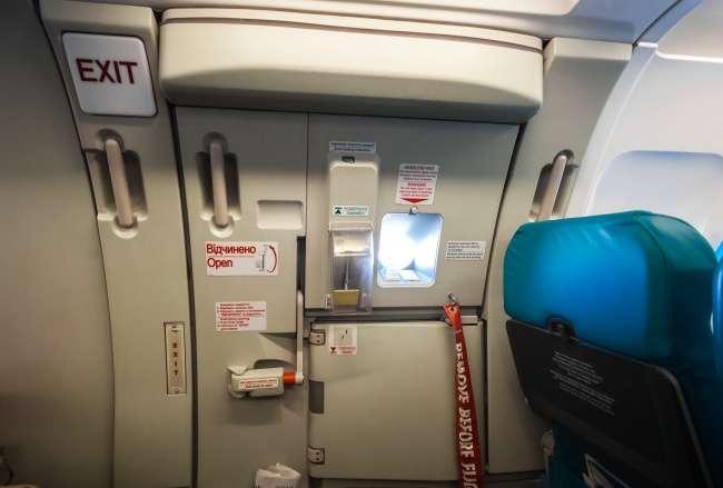 Можетли открыться дверь самолета прямо вовремя полета?