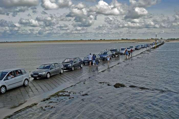 Необычная дорога, утопающая два раза в день