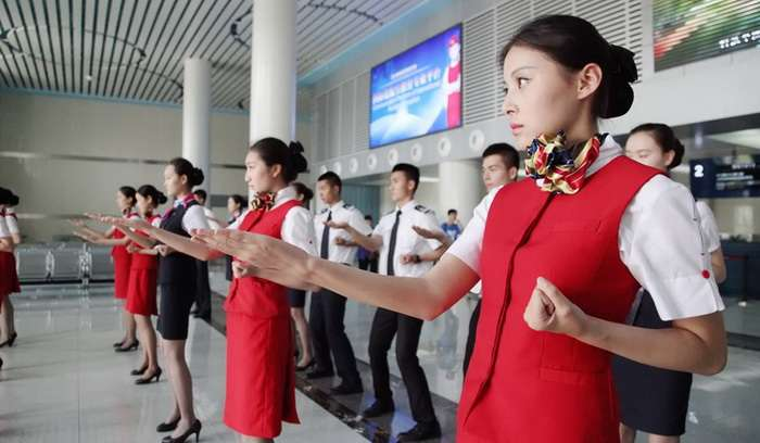 Как обучают стюардесс в Китае