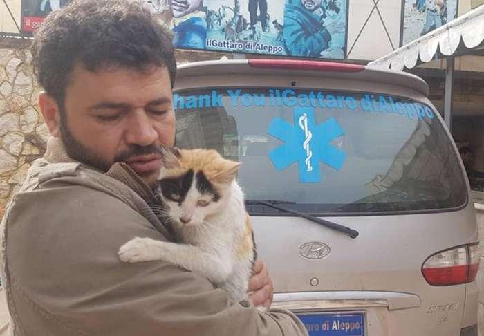 Мужчина остался в разрушенном войной Алеппо, чтобы заботиться о брошенных животных