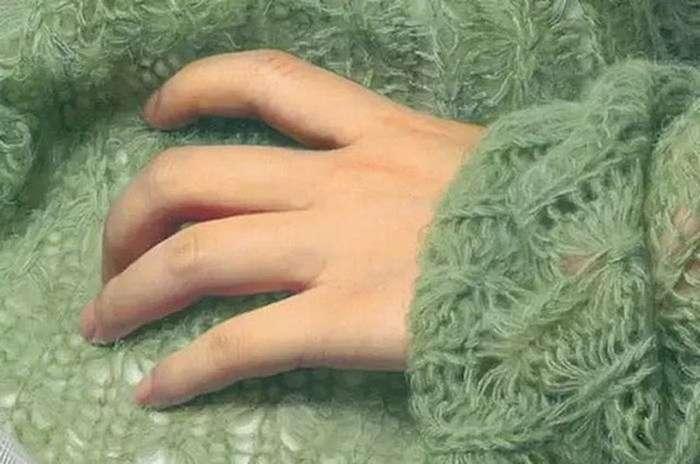 Фотография с интригой &8212; девушка в зеленом свитере