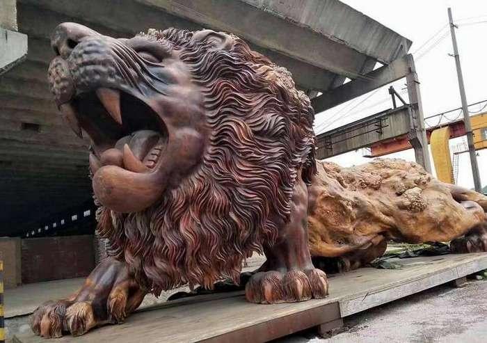 Самый большой деревянный лев в мире