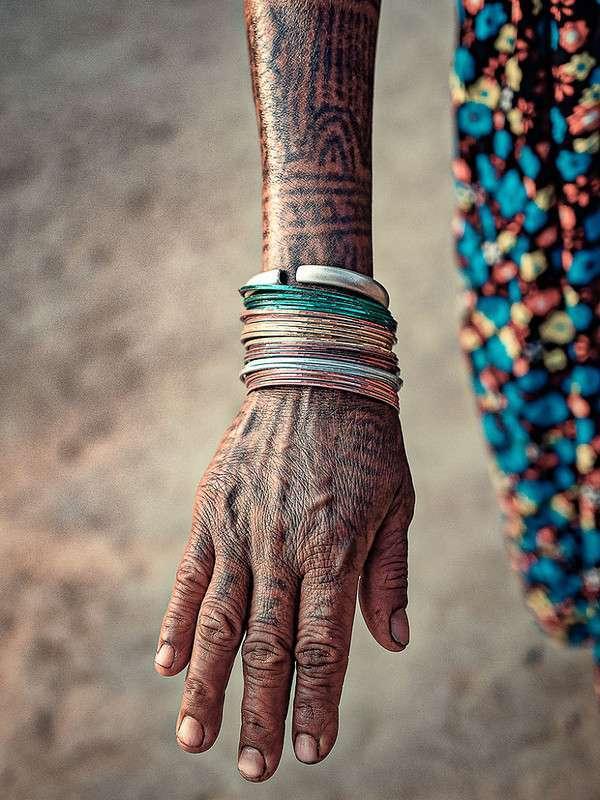 Три истории, скрывающиеся за татуировками старейших женщин племени Тхару