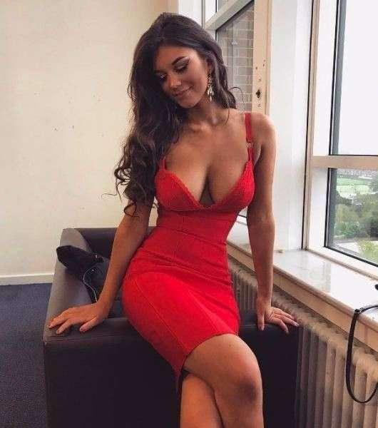 Платья хорошо сидят на точеных фигурках