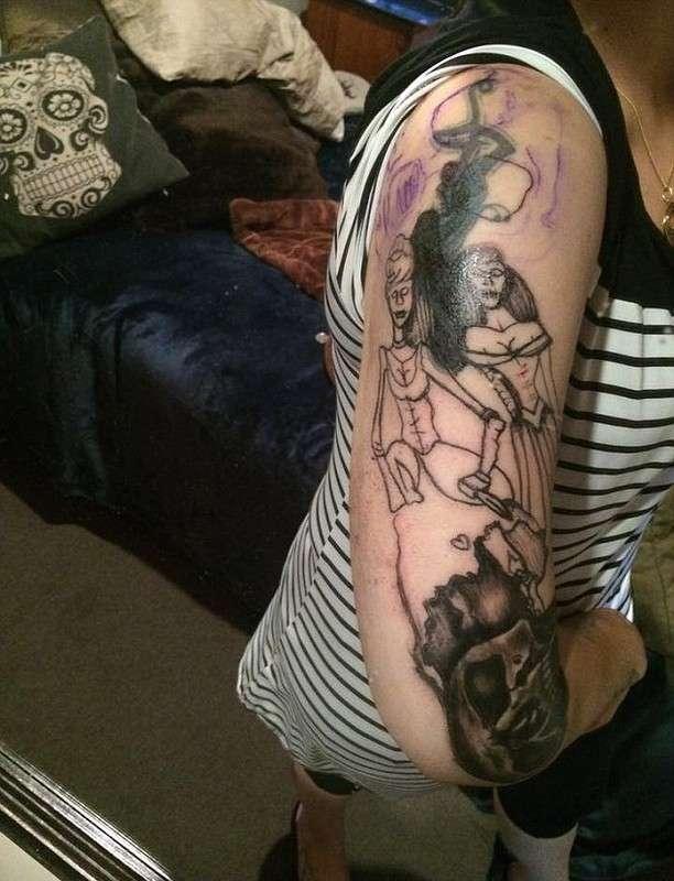 Девушка хотела татуировку Золушки и Белоснежки