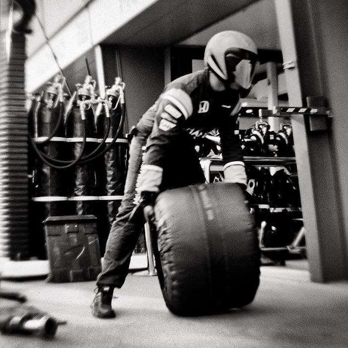 Фотограф снял 104-летней камерой гонку Формулы-1. Качество удивляет.