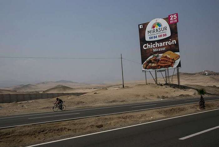 Перуанцы видят красивую жизнь только на билбордах