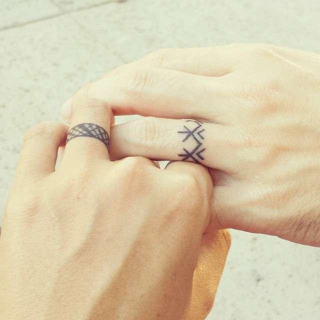 Татуировки на пальцах вместо обручальных колец