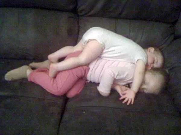Малыши могут уснуть где и как угодно!