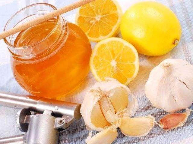 Чем нас лечат: мед, лимон и чеснок, помогают ли бабушкины средства против простуды?