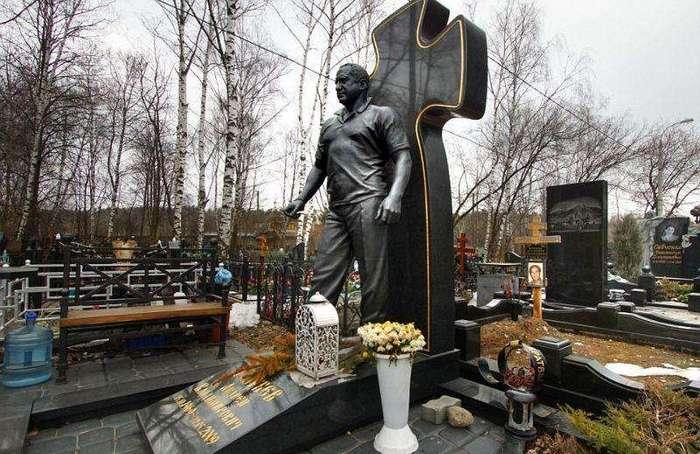 Памятники авторитетам 90-х на московских кладбищах