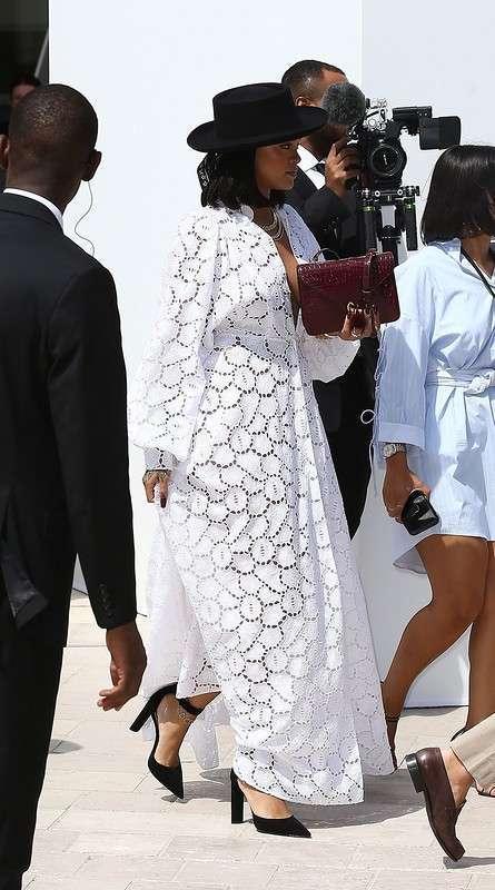 Рианна в белом платье