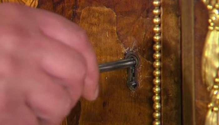 Этому замку более 200 лет, но когда проворачивают ключик, происходит нечто удивительное