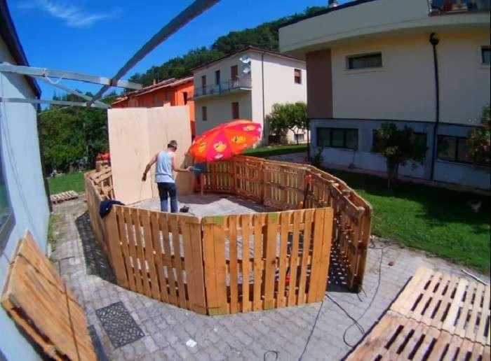 Быстро и практично: как построить бассейн из деревянных поддонов у себя во дворе всего за день