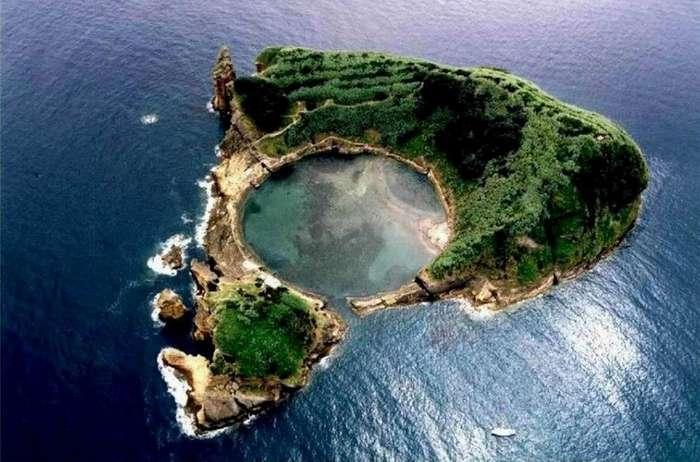 Необитаемый островок Вила-Франка-ду-Кампу